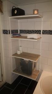 Badkamer meubel vervaardigd met gecoat ijzer frame en bewerkt steigerhout