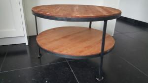 Deze salontafel is vervaardigd met ijzer frame en de bladen zijn in de olie gezet kersen hout